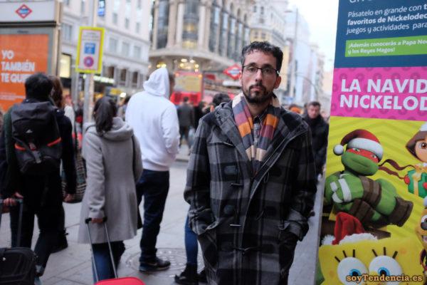 trenca a cuadros grises bufanda rayas navidad soyTendencia Madrid street style