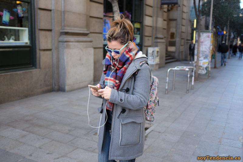 trenka gris con bolsillos sobrepuestos bufanda rayas gafas azules soyTendencia Madrid street style