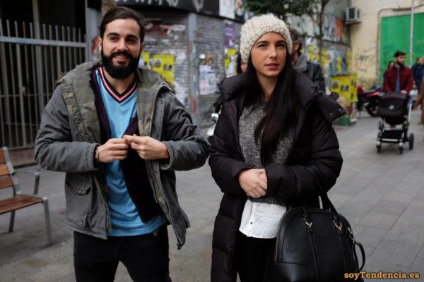 abrigo acolchado morado gorro de lana blusa por fuera del pantalón soyTendencia Madrid street style