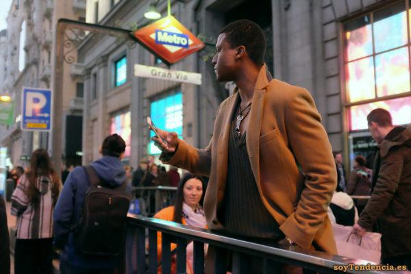 abrigo camel con cuello alzado jersey cuello abierto soyTendencia Madrid street style