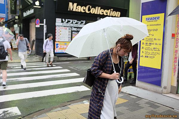 abrigo a cuadros largo paraguas blanco falda japon soyTendencia Tokyo street style