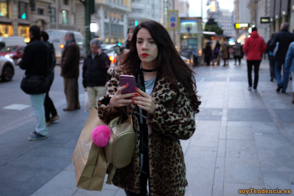 abrigo imitando piel de leopardo bolso dorado gargantilla soyTendencia Madrid street style