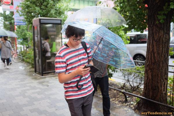 camiseta de rayas azules rojas y blancas paraguas transparente Akiba japon soyTendencia Tokyo street style