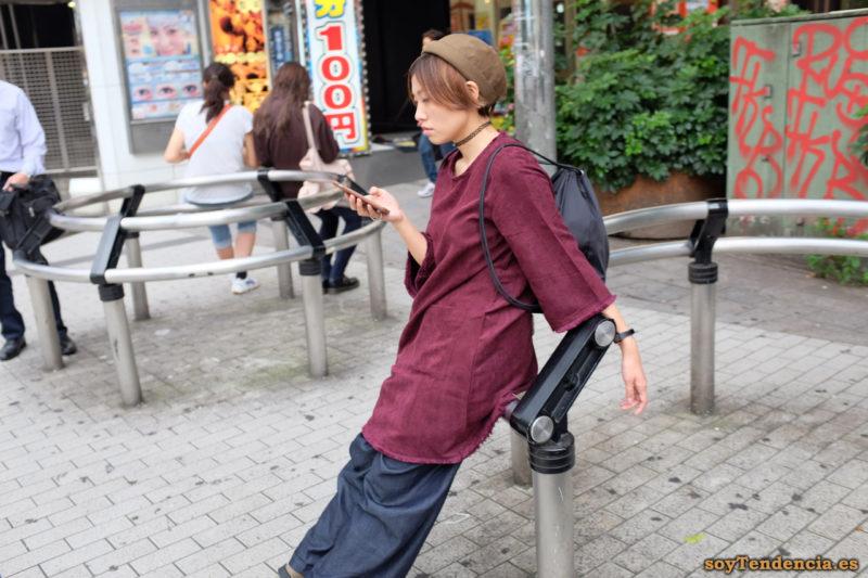 camisola larga con mangas deshilachadas pantalones anchos Shinjuku Japon soyTendencia Tokyo street style
