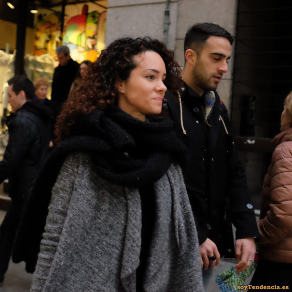capa gris bufanda manta trenca negra soyTendencia Madrid street style