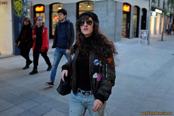 cazadora bomber con escudos superman mujer vaqueros soyTendencia Madrid street style