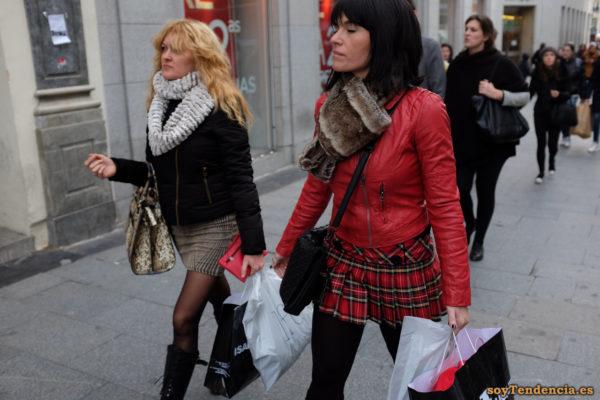 cazadora roja y minifalda escocesa bufanda de piel soyTendencia Madrid street style