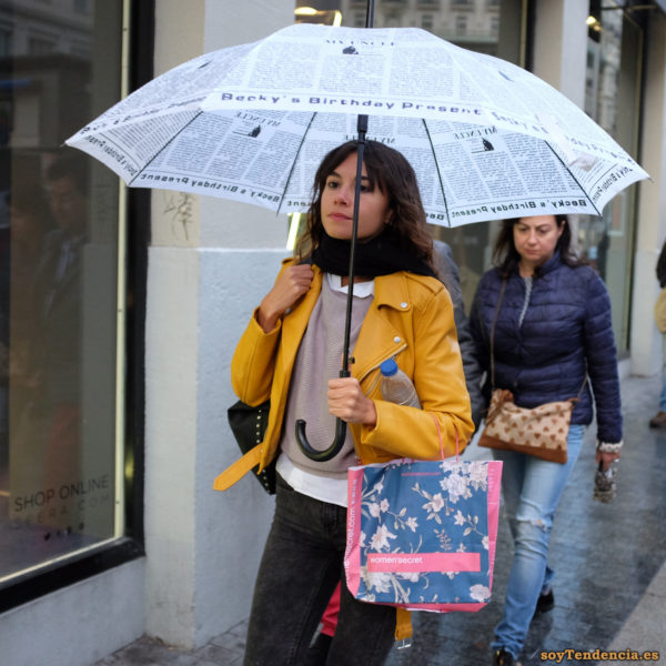 chaqueta amarilla de Zara con paraguas Becky birthday soyTendencia Madrid street style