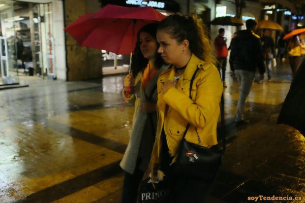 chaqueta amarilla de Zara paraguas rojo soyTendencia Madrid street style