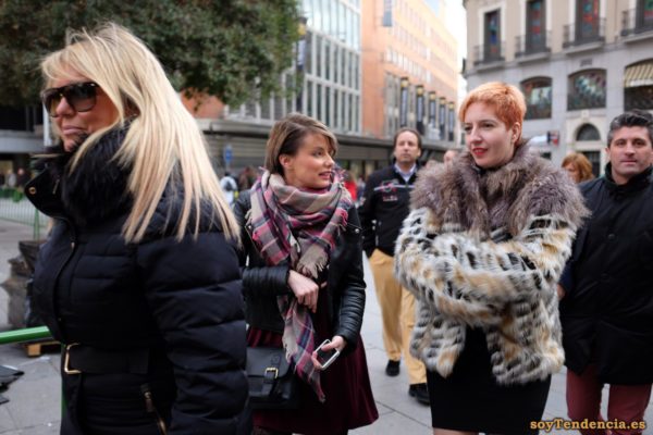 chaquetón de pelo muy largo claro soyTendencia Madrid street style