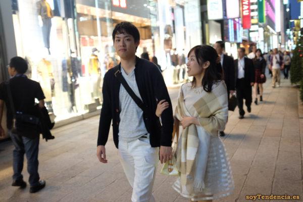 falda transparente blanca rayas brillantes bufanda manta ginza japon soyTendencia Tokyo street style