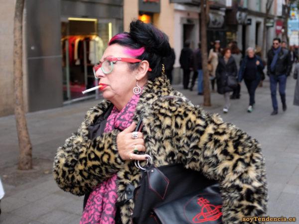 gafas rojas y verdes abrigo.piel leopardo pelo lila bolso episcopal soyTendencia Madrid street style