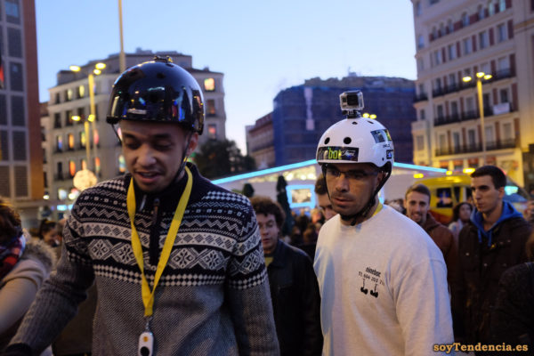 jersey gris dibujos geométricos casco con cámara soyTendencia Madrid street style