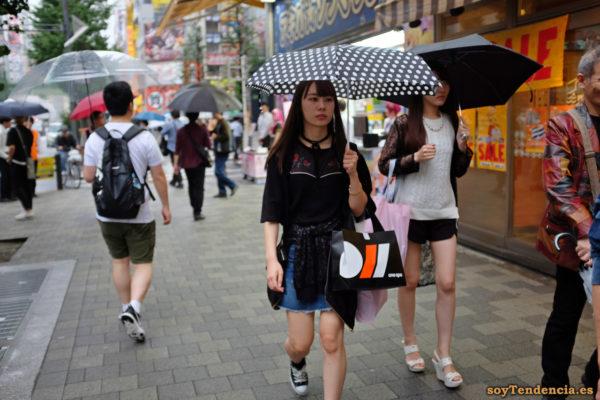 paraguas de lunares short collar de perlas falda vaquera Japón soyTendencia Tokyo street style