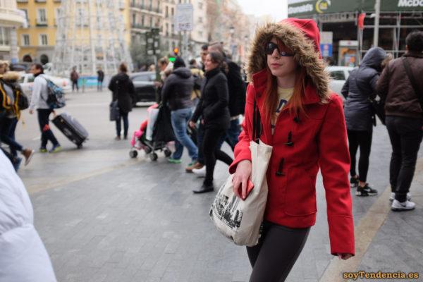 trenca roja corta capucha con piel mujer soyTendencia Madrid street style