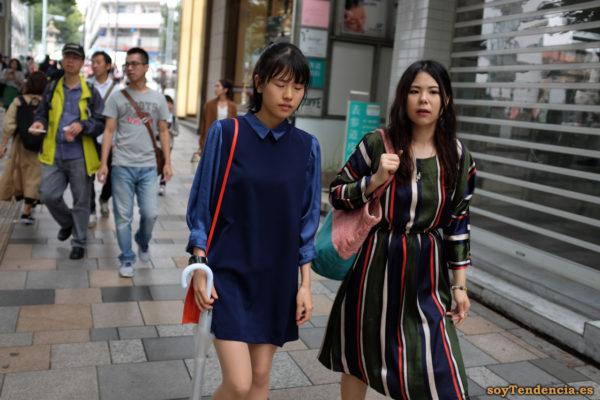vestido a rayas verticales azul y verde rojo blanco mangas largas japon soyTendencia Tokyo street style