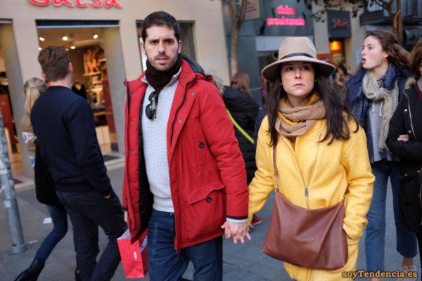 abrigo amarillo con cremallera lateral sombrero chaquetón rojo soyTendencia Madrid street style