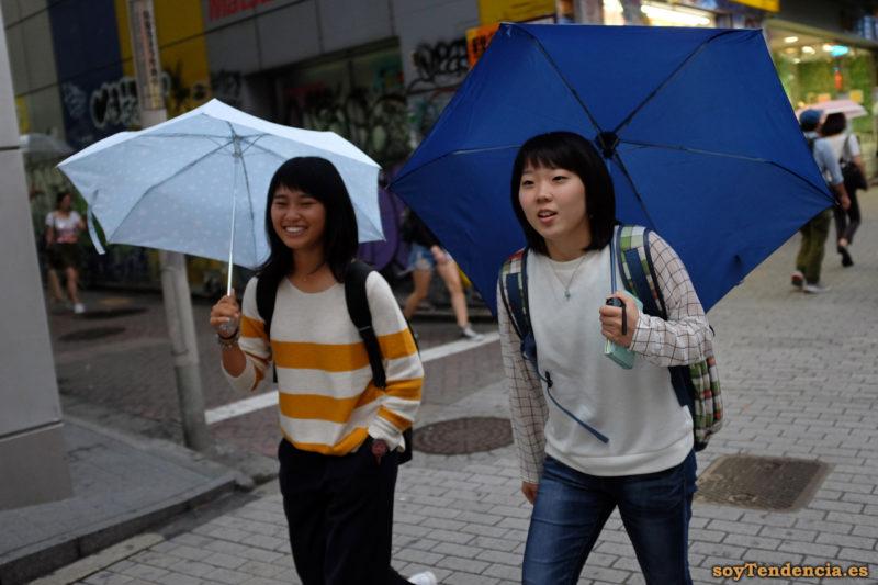blusa a cuadros juego con mochila jersey sin mangas paraguas jersey rayas Japón Japan soyTendencia Tokyo street style