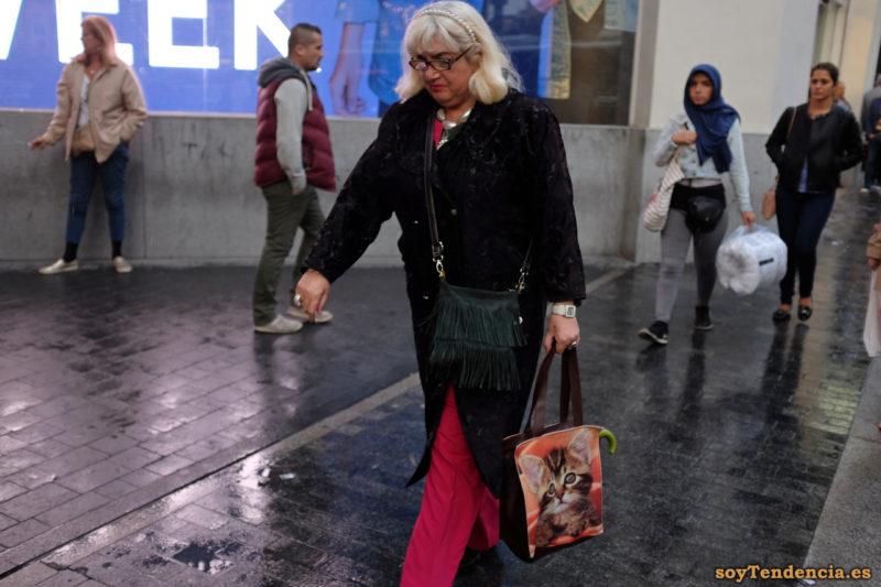 bolso con flecos y bolsa de gatito pantalón fucsia soyTendencia Madrid street style