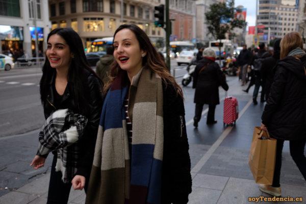 bufanda manta a rayas chaquetón con cremallera manga soyTendencia Madrid street style