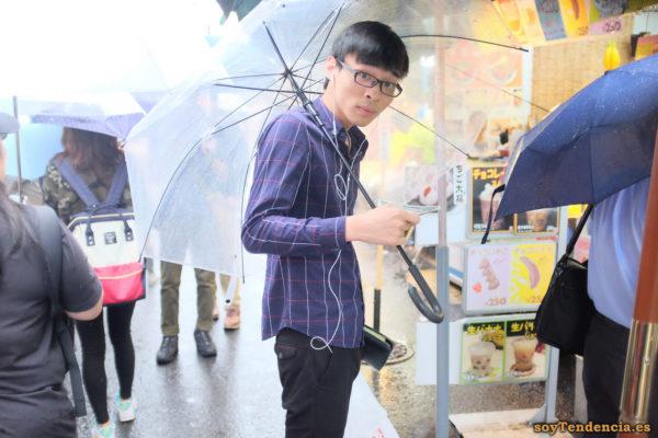 camisa morada a cuadros grandes paraguas transparente mercado Ameyoko Ueno japon soyTendencia Tokyo street style
