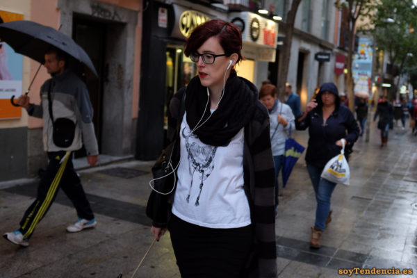camiseta esqueleto pollo bufanda lazo abrigo rayas soyTendencia Madrid street style