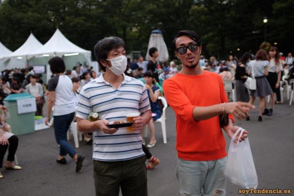camiseta naranja mascarilla botellón hibiya park japon soyTendencia Tokyo street style