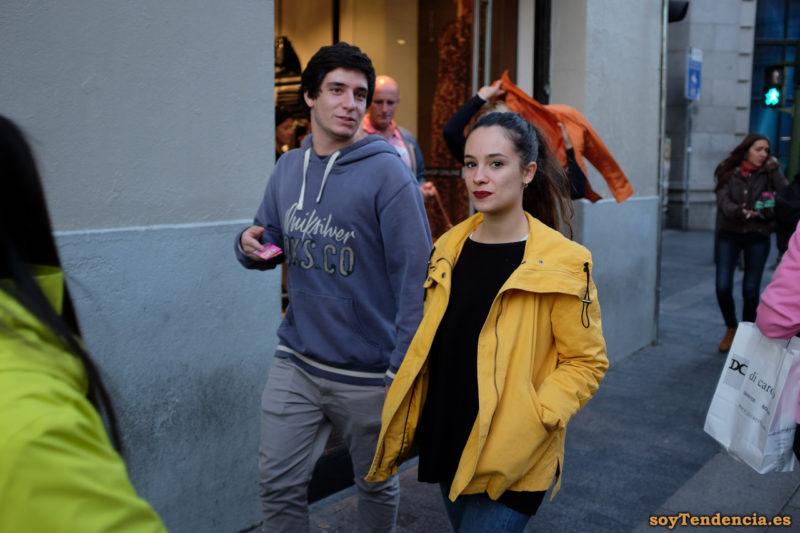 cazadora amarilla con capucha naranja soyTendencia Madrid street style