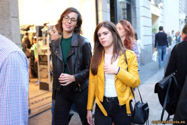 chaqueta amarilla de Zara camiseta blanca cazadora negra soyTendencia Madrid street style