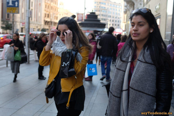 chaqueta amarilla Zara bufanda gafas soyTendencia Madrid street style