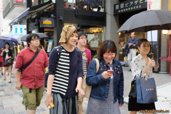 chaqueta lisa y a rayas sombrero con lazo lateral cazadora vaquera con mariposas Omotesando Harajuku japon soyTendencia Tokyo street style