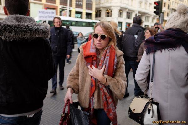 chaquetón corto de piel mangas anchas gafas redondas soyTendencia Madrid street style
