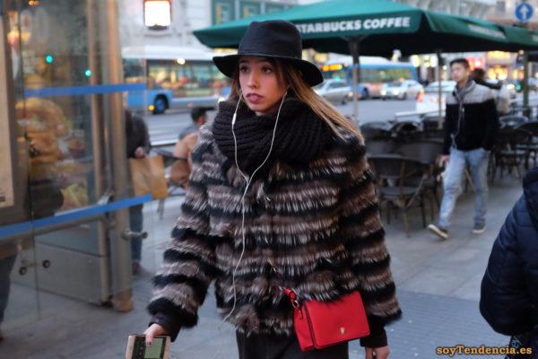 chaquetón pelo largo rayas horizontales sombrero bolso rojo soyTendencia Madrid street style