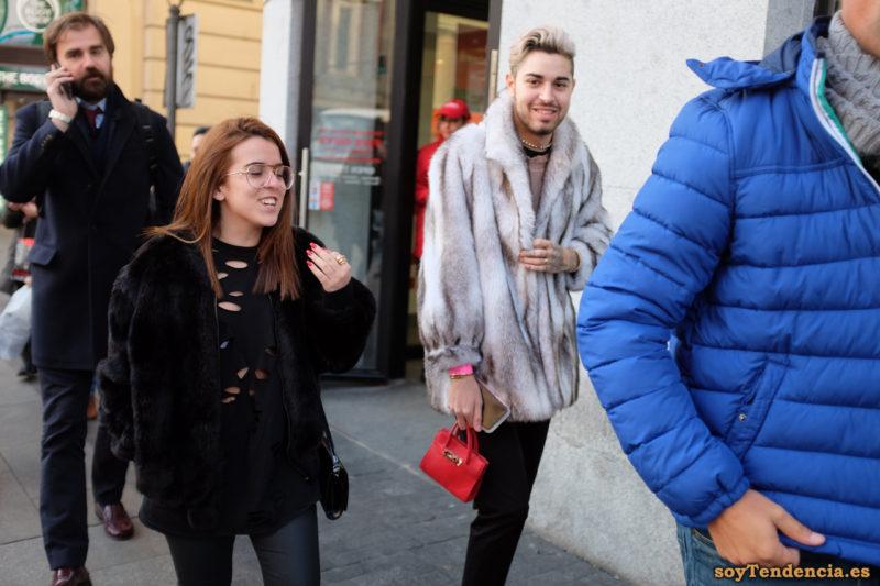 chaquetón de piel mini bolso rojo collar perlas hombre soyTendencia Madrid street style