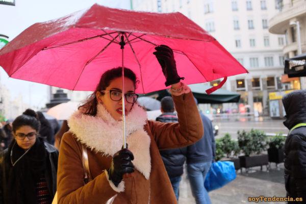 chaquetón de piel vuelta con forro de borreguito bufanda a juego paraguas rojo soyTendencia Madrid street style