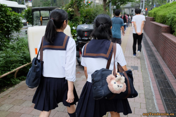 Colegialas con mini bolso de osito Shinjuku japon soyTendencia Tokyo street style