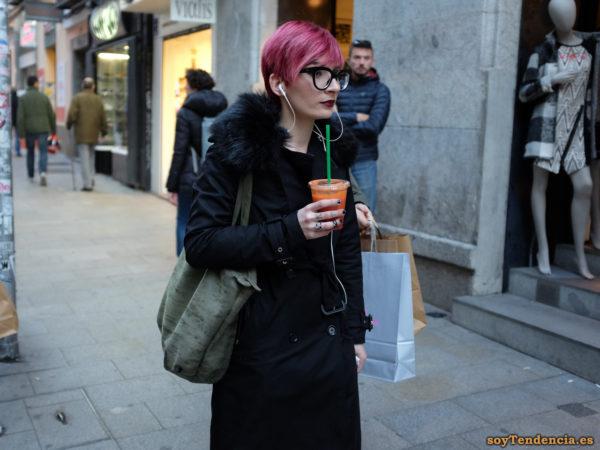 gabardina con capucha pelo color malva anillos bolso lona soyTendencia Madrid street style