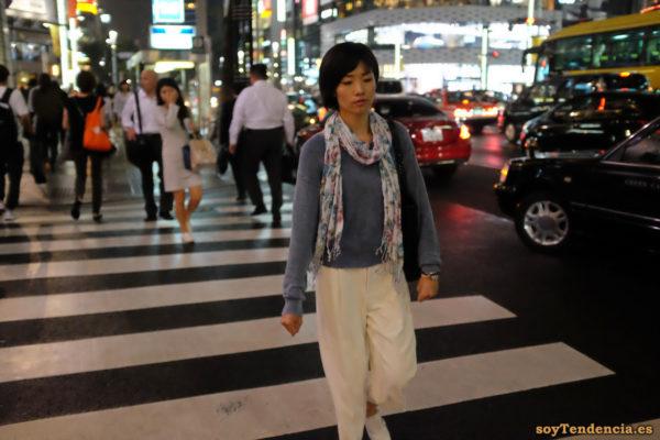 jersey hombros caídos foulard pantalón blanco Japón Ginza Japan soyTendencia Tokyo street style