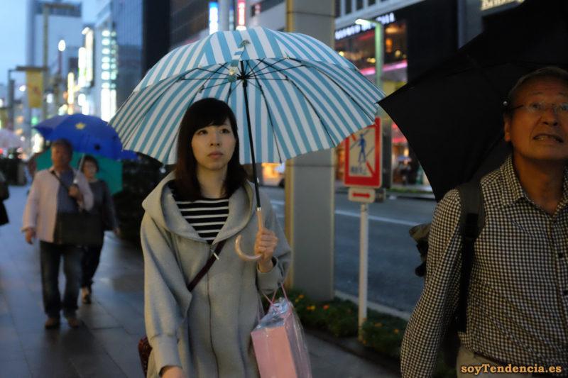 paraguas a rayas albiceleste camiseta rayas chaqueta capucha Ginza japon soyTendencia Tokyo street style