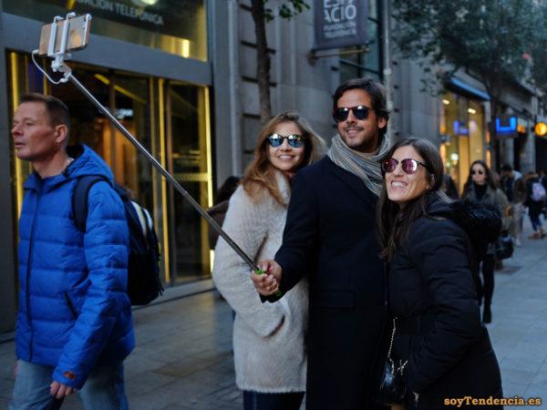 selfie trio abrigo bufanda acolchado gafas soyTendencia Madrid street style