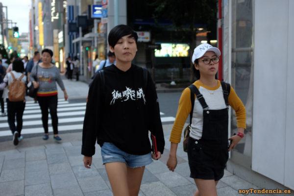 short vaquero camiseta negra peto vaquero gorra NYC Ginza japon soyTendencia Tokyo street style