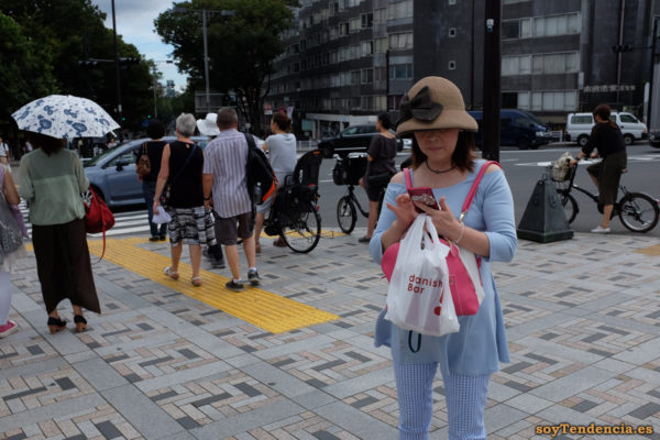 sombrero con lazo grande pantalón cuadros azules blancos mochila rosa harajuku Tokyo japon soyTendencia Tokyo street style