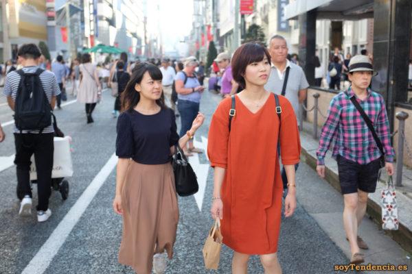 vestido naranja recto abierto a un lado falda pantalon Ginza peatones japon soyTendencia Tokyo street style