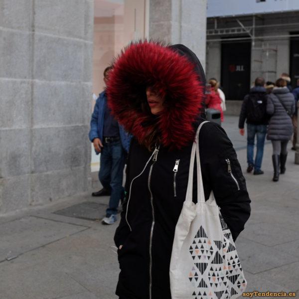abrigo con capucha gigante pelo rojo bolso tela triángulos soyTendencia Madrid street style