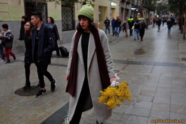 abrigo gris sin botones ramo de mimosas gorro verde soyTendencia Madrid street style