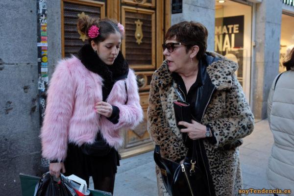 abrigo de leopardo con capucha chaqueta rosa pelo largo soyTendencia Madrid street style