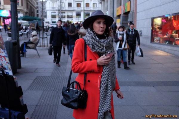 abrigo rojo sombrero bufanda manta bolso Callao soyTendencia Madrid street stylem