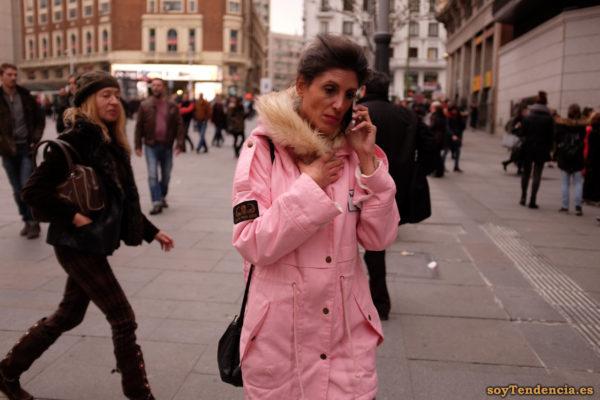 abrigo rosa con capucha de pelo largo hombreras caídas soyTendencia Madrid street style