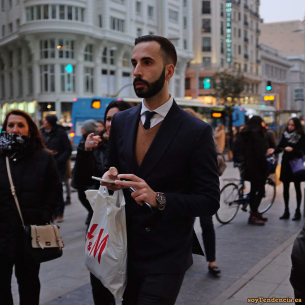 americana chaleco corbata dos moviles reloj h&m soyTendencia Madrid street style