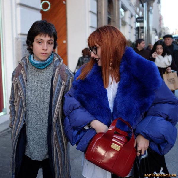 anorak azul muy ancho solapas de piel bolso Bimba y Lola rojo chilaba con capucha soyTendencia Madrid street style